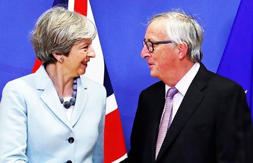 ようやく「第1段階」では合意に達したけれど…。英国のメイ首相(左)と欧州連合(EU)のユンケル委員長。(写真:ロイター/アフロ)
