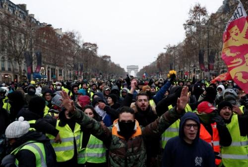 フランスでは、各地で大規模なデモが起こった(写真:ロイター/アフロ)