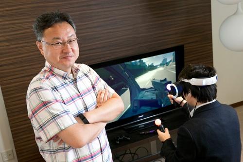 吉田氏とPS VR(写真:的野 弘路)