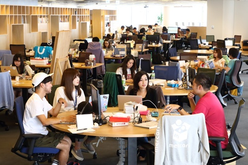 円卓がずらりと並ぶメルカリのオフィス風景(写真撮影:北山宏一)