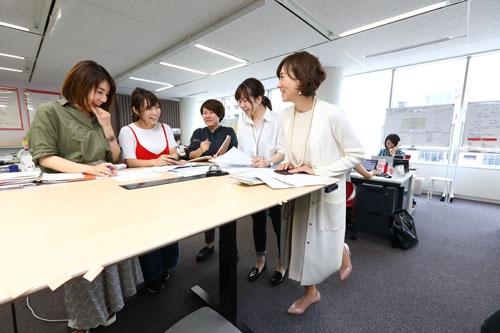 ランクアップでは、仕事のムダを徹底的に省き、残業を減らしている。社内会議は30分、オフィス中央の立ち会議スペースで済ませる。
