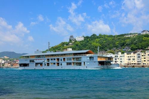 せとうちホールディングスが運航する高級客船「guntu」(ガンツウ)。建築家の堀部安嗣氏がデザインを担当した。(写真:PIXTA)