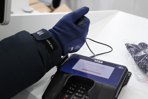 平昌五輪でビザが選手に提供した手袋型の支払いデバイス。販売も行った。