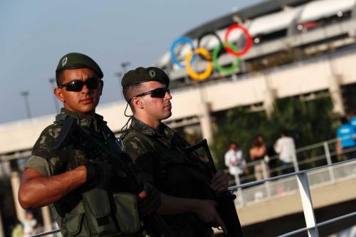 2016年リオデジャネイロ五輪では銃を持った兵士らが警備にあたった(写真=AFP/時事)