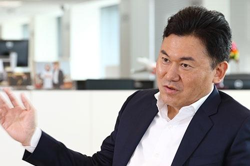 1990年以降に上場をはたした企業で、大きな時価総額を生み出している企業には、三木谷浩史氏が創業した楽天、孫正義氏が創業したソフトバンク、柳井正氏が創業したファーストリテイリングくらいしかない。これら企業のさらなる成長、そしてさらに次の世代の起業家の成功ストーリーが、桁違いのレベルで日本には必要だ。(写真=北山宏一)