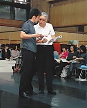 「異国の丘」主演の石丸幹二氏(左)を指導 (写真:清水 盟貴)