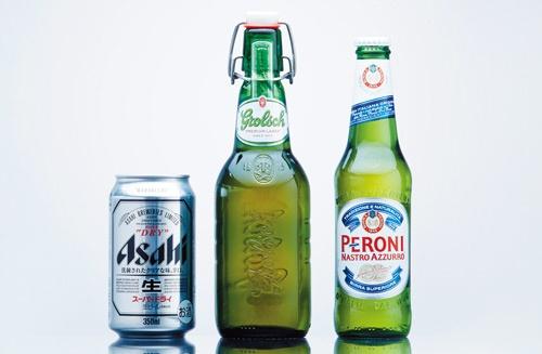 <b>「ペローニ」(右)、「グロルシュ」(中央)とも欧州のプレミアムビールとして長年親しまれている。アサヒビールの「スーパードライ」もアジアや北米で販売強化を進めており、今後はシナジー効果をどのように高めるかが焦点だ</b>(写真=吉田 健一)