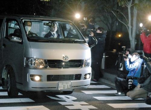"<span class=""fontBold"">昨年12月、リニア談合事件の捜査で、鹿島の本社を出る東京地検の車両</span>(写真=朝日新聞社)"