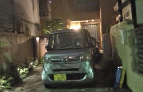 "<span class=""fontBold"">午後9時、荻窪の葛西邸には軽自動車に乗った警備の男たちが……</span>"