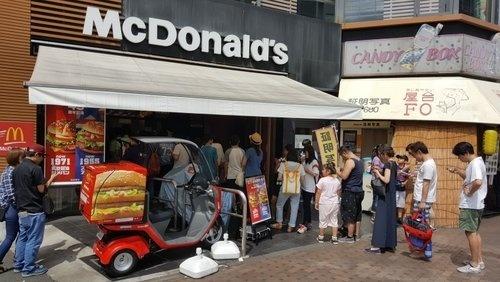 東京都内のマクドナルド。ポケモンGOで遊ぶ人たちで、レジに並ぶ列も長くなった