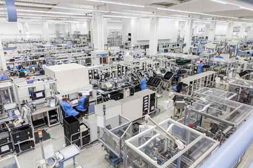 シーメンスの「デジタル工場」。IoT(モノのインターネット)などのデジタル技術を活用して省人化を徹底し生産効率を高める