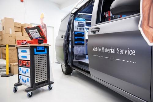 ダイムラーは、商用バンの中に宅配ロッカーのような機器を設置し、バンの所有者である職人が注文した部品や資材などの在庫を、夜間に補充するサービスの実証実験を進めている(写真:永川智子)