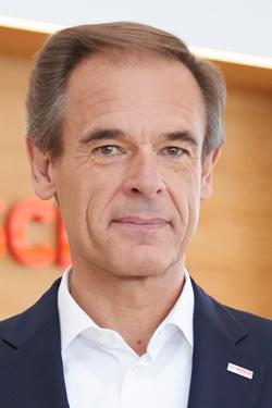 <b>フォルクマル・デナー(Volkmar Denner)氏</b></br>1956年11月生まれ。パワー半導体、集積回路、エンジン開発などの部門を経て、03年にオートモーティブエレクトロニクス部門プレジデントに就任。06年に取締役。12年からボッシュ会長。同社のCTO(最高技術責任者)も務める。(写真:永川智子)