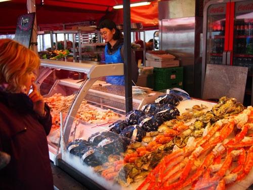 ベルゲン市内の魚市場。漁獲管理を通じて漁場を守ったからこそ、豊かな海の幸を享受できる