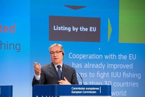 タイへのイエローカードの提示について説明する欧州委員会の会見(写真:European Union, 2015)