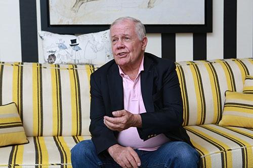 <b>ジム・ロジャーズ</b><br/>1942年、米国生まれ。投資家のジョージ・ソロス氏と立ち上げたファンドの運用成績を10年で30倍超に増やした。独立後はテレビで評論家として活躍。娘に中国語を習得させるため、2007年にシンガポールに移住した。(写真:原 隆夫、以下同)