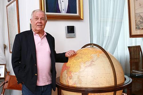 シンガポールの自宅にて。ジム・ロジャーズ氏は地球儀を眺めながら、次の旅行先や投資先を常に考えている