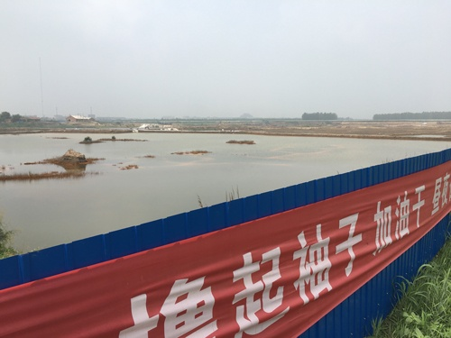 河北省廊坊市南趙扶鎮の汚染された池。浄化工事のため柵で囲われていた