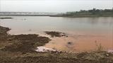 嘆く農民と赤茶けた水の池、中国汚染地帯を歩く