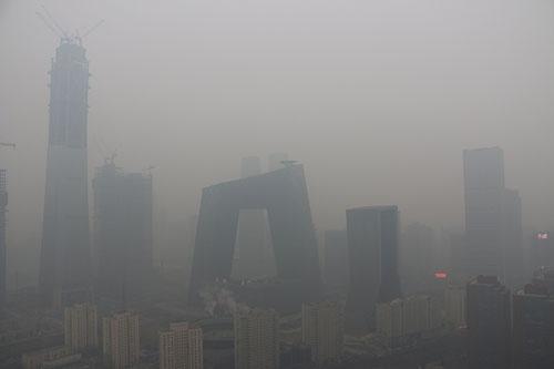 深刻な北京の大気汚染。中国政府も環境対策に本腰を入れざるを得ない状況だ (写真=アフロ)