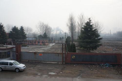 違法操業で当局の取り締まりを受け、閉鎖した江蘇省の製鉄所跡地
