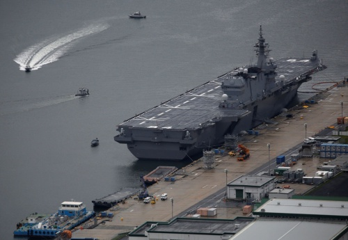 ヘリコプター搭載護衛艦「かが」。ヘリを搭載できるだけでなく、大型車両を輸送する機能も備える(写真:ロイター/アフロ)