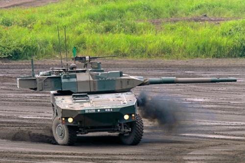 陸上自衛隊が導入を進める機動戦闘車。キャタピラーの代わりにタイヤをはいているため、軽量で小回りが利き、高速走行が可能(写真:アフロ)
