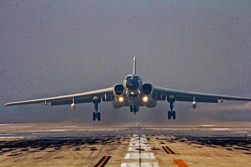 中国の爆撃機H-6K。有事に米軍の来援を阻む役割を果たすことが想定される(提供:新華社/アフロ)