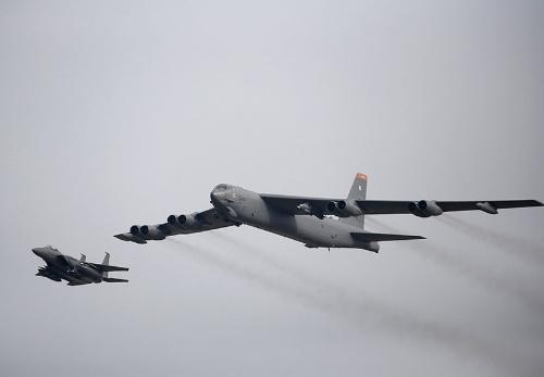 核弾頭を搭載可能な米戦略爆撃機「B52」。北朝鮮を警戒するため飛来している(写真:ロイター/アフロ)