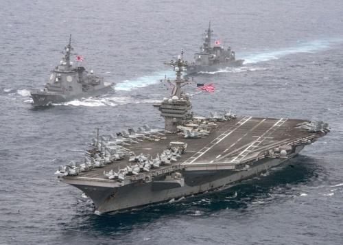 米空母「カールビンソン」と並走する、護衛艦「あしがら」と「さみだれ」(写真提供:Mass Communication Specialist 2nd Class Sean M. Castellano/U.S. Navy/ロイター/アフロ)