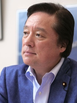 "<span class=""fontBold"">若宮健嗣(わかみや・けんじ)</span><br /> 1961年生まれ。1984年に慶応義塾大学商学部を卒業し、セゾングループの堤清二代表の秘書を務める。2005年、衆院議員に初当選。防衛大臣政務官や防衛副大臣を歴任。現在は自民党で国防部会 部会長を務める(写真:加藤 康)"