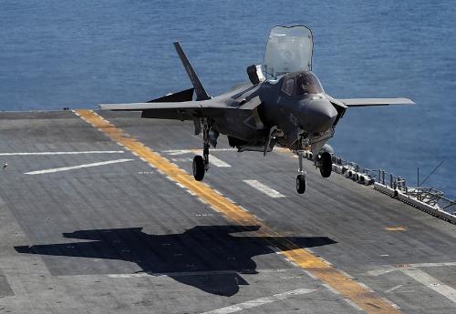 米空母に垂直着陸するF-35B(写真:ロイター/アフロ)