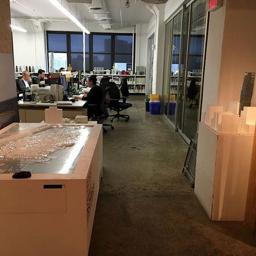 オフィスの入り口には数点の大型模型が展示してあった(写真:OMA)