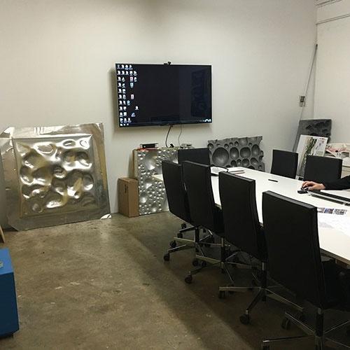 スタッフ用の大会議室にはアルミ製ファサードのモックアップが置いてあった(写真:OMA)