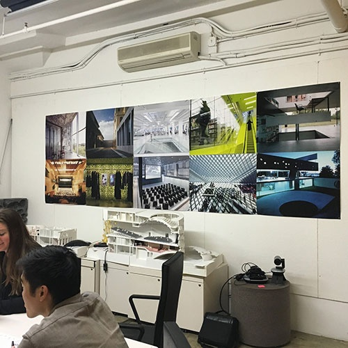 会議室にはこれまでに手掛けたプロジェクトの写真が展示してある(写真:OMA)