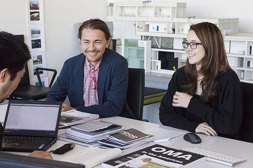 近藤洋介氏(左)とアリサ・ムラサキ・サルツゲイバー氏(右)2人とも日本の設計事務所で勤務した経験を持つ。創業者とでも議論できる企業文化が「上下関係を重んじる日本とは違う」と語る