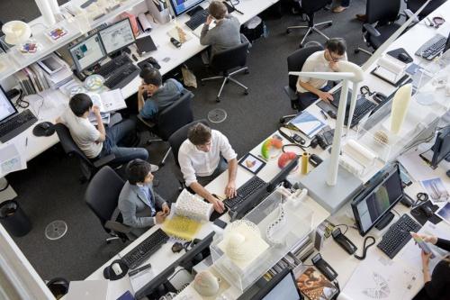 間仕切りをなくしたオフィス空間をつくってスタッフ間のコミュニケーションを促す(写真:Nigel Young_Foster+Partners)