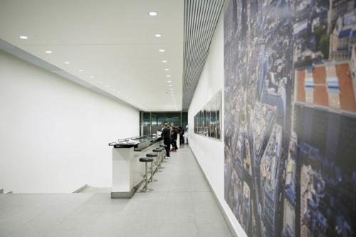 受付の脇には廊下に沿ってカウンターが続く。来客用のカフェテリアとして使われるほか、スタッフが朝食を取るスペースとしても活用する(写真:永川 智子)