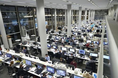 中2階から設計の執務室を見渡す。クライアントはオフィスを眺めながら中2階の会議スペースで打ち合わせをする(写真:永川 智子)