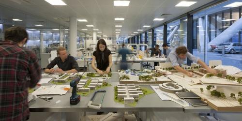 「7-11ヘスターロード」にある模型室はメーカーの研究開発室のように整然としている(写真: Nigel Young_Foster+Partners)