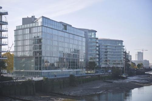 テムズ川沿いに建つロンドンオフィスのメーンスタジオ外観。1200人が働くフォスター事務所の総本山となる(写真:永川 智子)