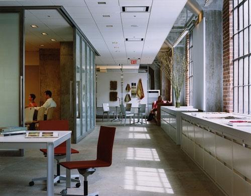 もともとインテリアから始まった会社のため什器は自社製。オフィス空間そのものが来訪者に向けたサンプルとなる(写真:ゲンスラー)