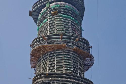 上海タワーは120度旋回しながららせん状に上昇する形状。実現に向けて世界各地の拠点からスタッフが集まった(写真:ゲンスラー)