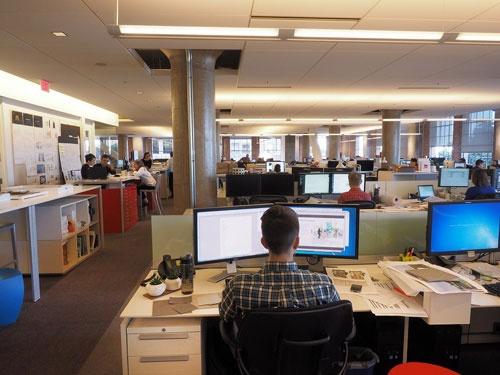 2000年ころまでは間仕切りでスタッフが分断された米国的なオフィスだった。透明性を高めるために物理的に区切りを取り払った(写真:林 幸一郎)