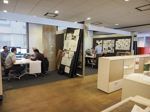 サンフランシスコや東京、ドバイなど世界46カ所のオフィスとTV会議ができるブースをいくつも設けている(写真:林 幸一郎)