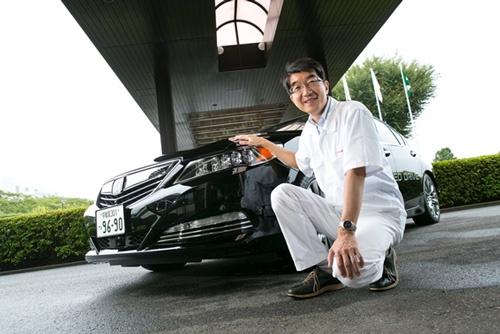 トヨタ同様、ホンダも2015年10月にレベル3に相当する試作車を報道陣に公開した。その試作車の前で本田技術研究所四輪R&Dセンターの杉本洋一・上席研究員(撮影:的野弘路)