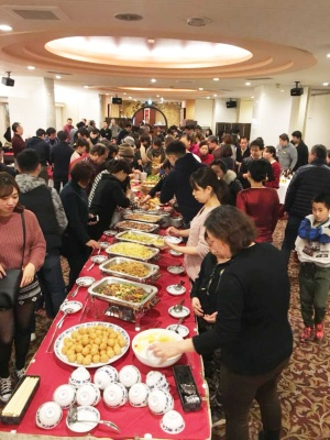2018年2月に2晩にわたって開催された「社員と家族の新年会」には、450人以上が参加した