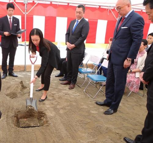 重慶飯店本館の定礎式で、聖書を地中に埋める為娜を見守る李宏道(右)と宏為(左)