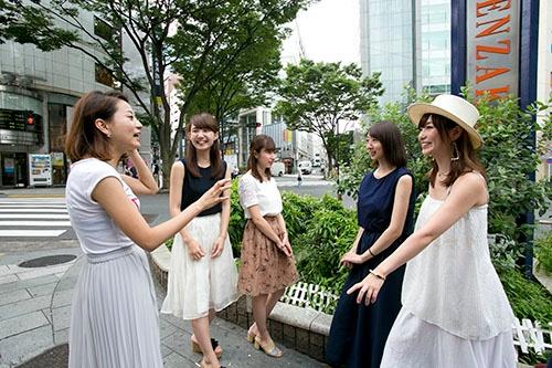 座談会には大学生〜社会人2年目までの4人の女子が参加してくれた。司会はドリコムの吉田優華子氏(右端)。(撮影は的野弘路)