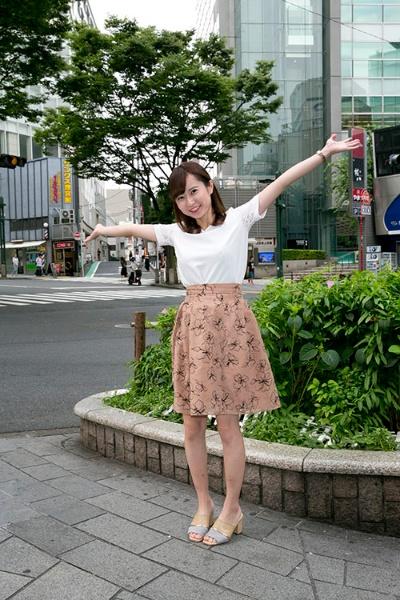 社会人2年目の中濱あやなさん(23歳)。洋服の購入では、フリマアプリのメルカリなどを使いこなす。(撮影は的野弘路)